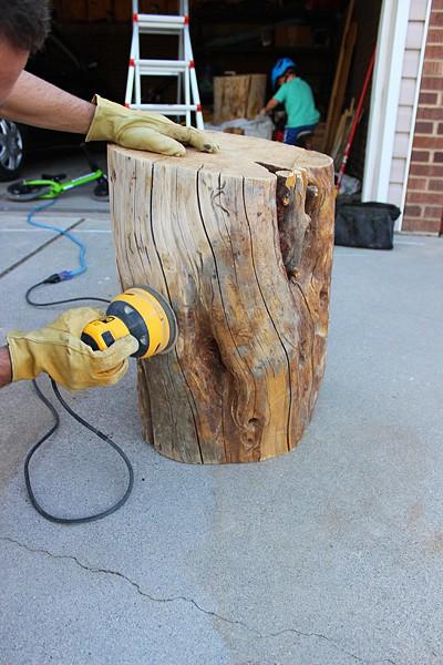 diy tree stump table twofeetfirst. Black Bedroom Furniture Sets. Home Design Ideas