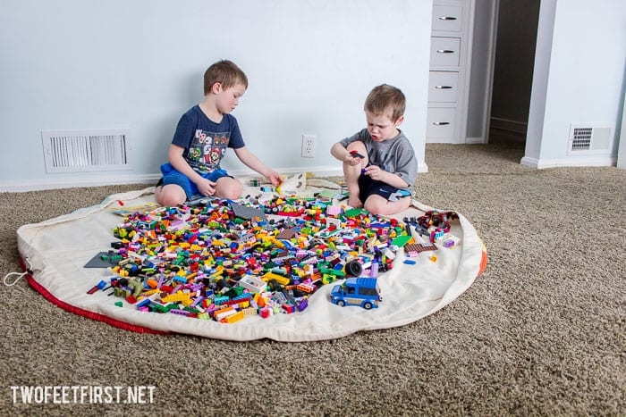 Need a place to store all the Lego's in your home? Here is how to create a large Lego mat.